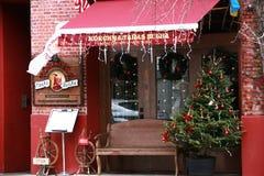 Antigüedad roja de la decoración de la Navidad del café local Imagen de archivo