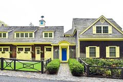 Antiga casa de transporte da propriedade com guarnição amarela fotos de stock royalty free