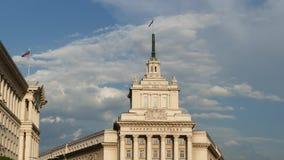 A antiga casa do partido comunista em Sófia, Bulgária Text o conjunto nacional no búlgaro na construção vídeos de arquivo