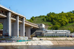 Antiga estação de trem de Romodanovsky e a ponte do metro em Nizh Foto de Stock
