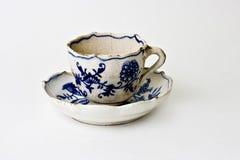 Antigüedad, taza resistida de Meissen y platillo Imagenes de archivo