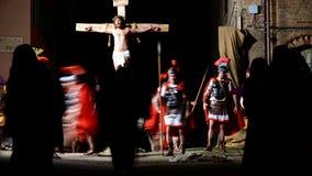ANTIGNANO, ITALIA - 14 APRILE 2017: Via il modo di Crucis dell'incrocio Rappresentazione di passione di Cristo il 14 aprile 2017 stock footage