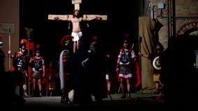 ANTIGNANO, ITALIA - 14 DE ABRIL DE 2017: Vía la manera de Crucis de la cruz Representación de la pasión de Cristo el 14 de abril  metrajes