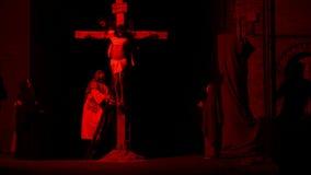 ANTIGNANO, ITALIA - 14 DE ABRIL DE 2017: Vía la manera de Crucis de la cruz Representación de la pasión de Cristo el 14 de abril  almacen de metraje de vídeo