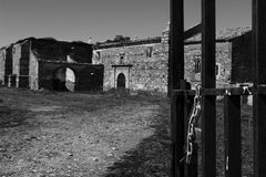 Antigo convento com o cadeado aberto da porta Foto de Stock Royalty Free
