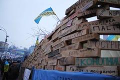 """ antigovernamental maciço do """"EuroMaidan†dos protestos em Kiev Protestadores das cidades natais das placas de identificação foto de stock"""