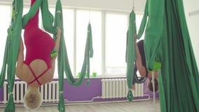 Antigravitationsyoga Frauen, die neue Übung zeigen stock video