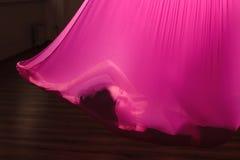 Antigravitationsyogatraining im dunklen Turnhallenstudio Lizenzfreie Stockfotografie