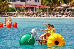 ¡Antigua - diversión de Waterbike de la bahía de Dickenson de las sandalias! Imagen de archivo