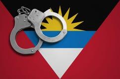 Antigua en de vlag en de politiehandcuffs van Barbuda Het concept misdaad en inbreuken in het land royalty-vrije stock foto
