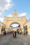 ANTIGUA GUATEMALA - AUGUSTI 16, 2014: Båge av Santa Catalina, stadssymbolen Arkivfoton