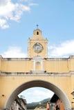 Antigua Guatemala: Båge av Santa Catalina, en symbol av staden Arkivfoto