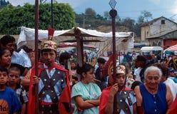 Antigua, Guatemala: De jongens kleedden zich omhoog als Roman Centurions als deel van de Heilige Optocht stock fotografie