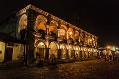 ANTIGUA GWATEMALA, MARZEC, - 26, 2016: Noc widok Palacio Del Ayuntamiento w Antigua Gwatemala miasteczku, Guatemal obraz stock