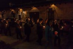 ANTIGUA GWATEMALA, MARZEC, - 27, 2016: Uczestnicy nighttime korowód na Wielkanocnej Niedzieli w Antigua Gwatemala cit obrazy stock