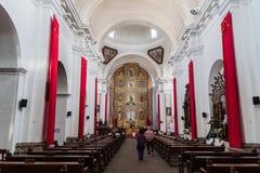 ANTIGUA GWATEMALA, MARZEC, - 26, 2016: Wnętrze San Francisco kościół w Antigua Gwatemala miasteczku, Guatemal zdjęcia royalty free