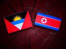 Antigua i Barbuda flaga z koreańczyk z korei północnej zaznacza na drzewnym fiszorku Fotografia Royalty Free