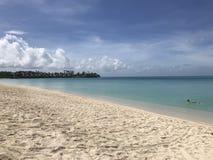 Antigua, Listopad - 8,2017: Piękna plaża w Antigua z wycieczką turysyczną obraz stock