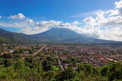 Antigua som beskådas från Cerro de la Cruz, Guatemala, Sydamerika Arkivbild