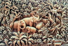Antiguidade bonita Art Handmade Furniture de Tailândia Família do elefante dos Carvings na madeira no quadro de madeira usado com Imagens de Stock