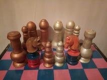 Antiguidade colorida de madeira do grupo de xadrez Foto de Stock