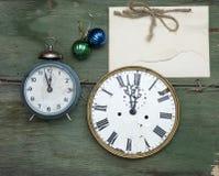 A antiguidade do ano novo cronometra no fundo de madeira da casca verde Bloco de notas vazio feito a mão de Kraft Modelo do feria Foto de Stock