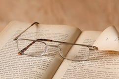Antiguidade do livro & dos vidros Fotos de Stock