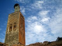 Antiguo minarete con nido de cigüeñas Stock Photos
