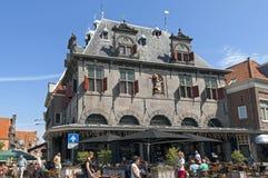 Antiguo pese la casa y a los turistas en la ciudad holandesa Hoorn Imágenes de archivo libres de regalías
