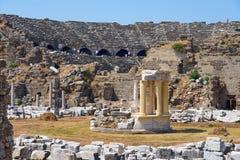 Antik arkitektonisk byggnad med amfiteatern i sidan, Turkiet arkivbild