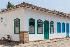 Antik arkitektur och gata i staden av Paraty - RJ Arkivbild