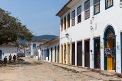 Antik arkitektur och gata i staden av Paraty - RJ Arkivbilder