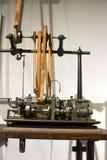 Antik automatiserad klockaskruvmaskin Royaltyfria Foton