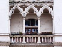 Antik balkong i den gotiska stilen på en byggnadsfasad Royaltyfri Fotografi
