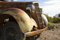 Antik bil i öken Fotografering för Bildbyråer