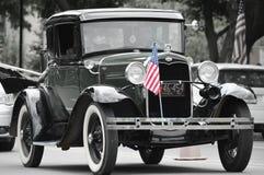 Antik bil med flaggan Royaltyfri Foto