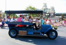 Antik bil på Main Street, magiskt kungarike arkivfoton