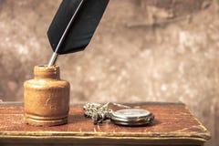Antik bläckhorn och fjäderpenna fotografering för bildbyråer