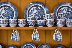 antik blå porslinserveringsbord Arkivbild