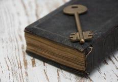 Antik bok och gammal tangent Arkivbild