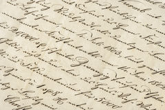 Antik bokstav med calligraphic handskriven text befläckt gammal paper rost för grungemakro Royaltyfri Foto