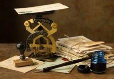 Antik bokstavsskala och färgpulverbrunn Arkivfoton