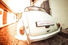 Antik bröllopbil med precis det gifta tecknet Royaltyfri Foto