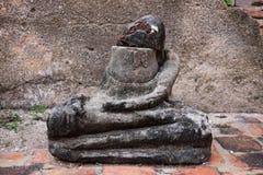 Antik Buddhastaty utan den head delen med bakgrund för tegelstenvägg Förstörd Buddhastaty, offentligt tempel Thailand Fotografering för Bildbyråer