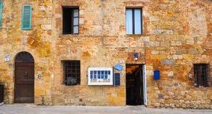Antik byggnad shoppar av Monteriggioni royaltyfri foto