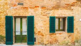 Antik byggnad shoppar av Monteriggioni fotografering för bildbyråer
