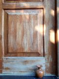 antik dörr Arkivfoto