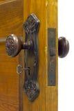 Antik dörr och dörrhandtag med skelett- tangent in Royaltyfri Fotografi