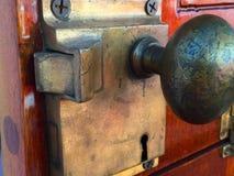 Antik dörrknopp och lås royaltyfria bilder