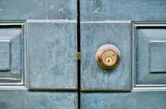 Antik dörrknopp på tappningen trädörr royaltyfria foton